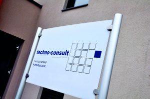 Schild mit Kontaktdaten